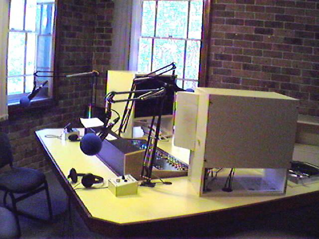 4EB FM Radio スタジオ内部